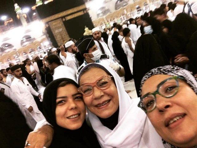 صورة ناهد السباعي ووالدتها في العمرة تشعل مواقع التواصل