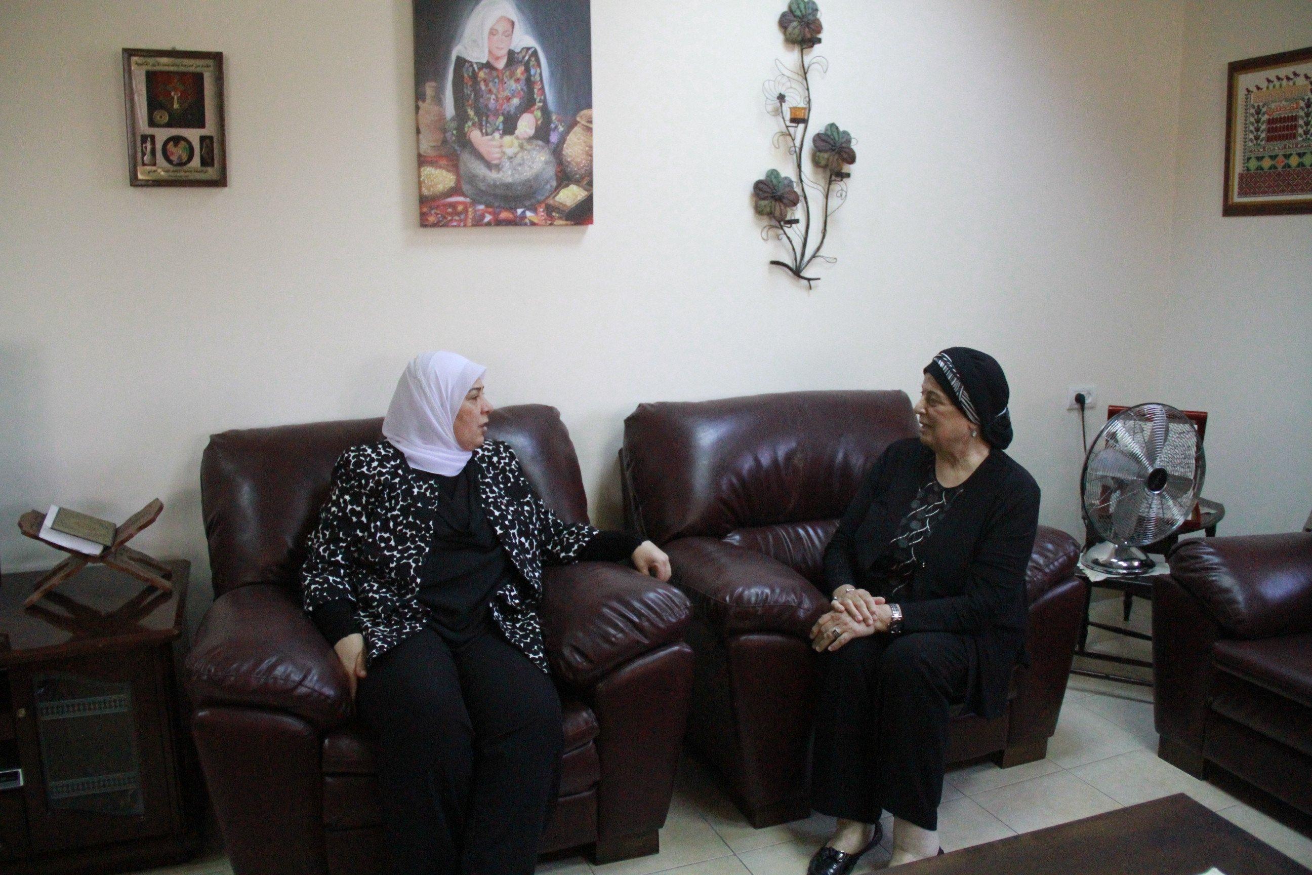 غنام تتفقد بيوت الأجداد وتؤمن مستلزمات ومواد غذائية لنزلائها
