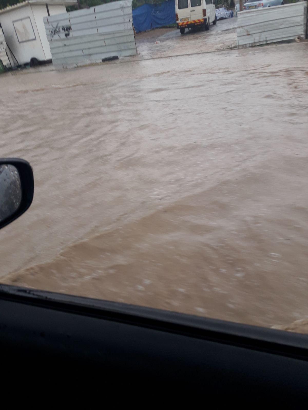 بالصور: غرق شوارع في جنوب البلاد جراء الأمطار