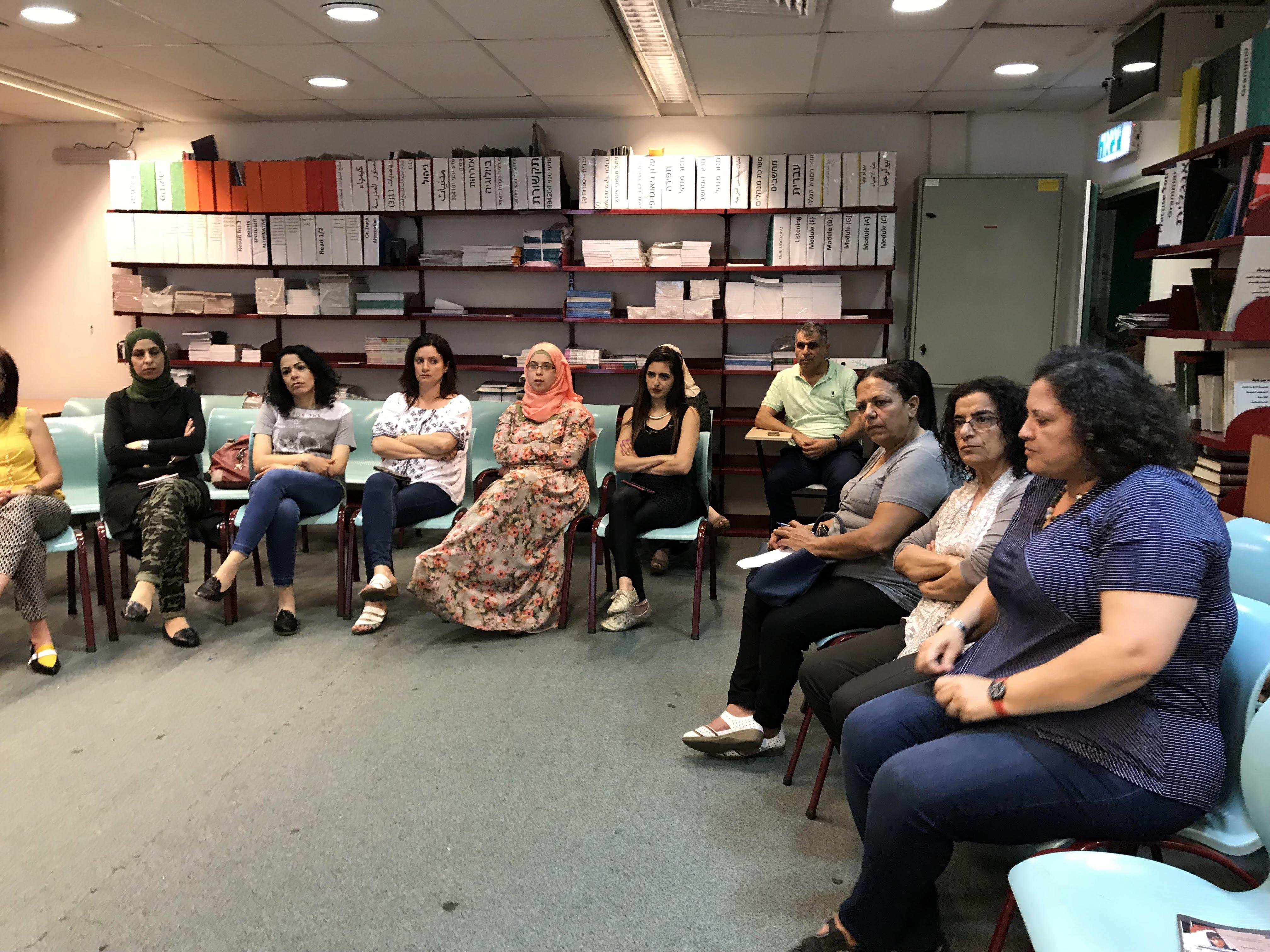 حلقة نقاش في مدرسة المتنبي في حيفا حول ظاهرة تزويج الطفلات