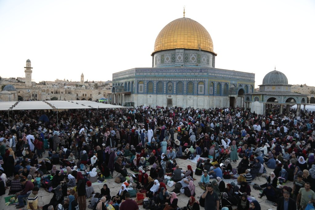 جمعية الأقصى تُكرم الآلاف من ضيوف الرحمن ليلة القدر في أكبر مائدة على نفقة أهل الداخل في المسجد الأقصى