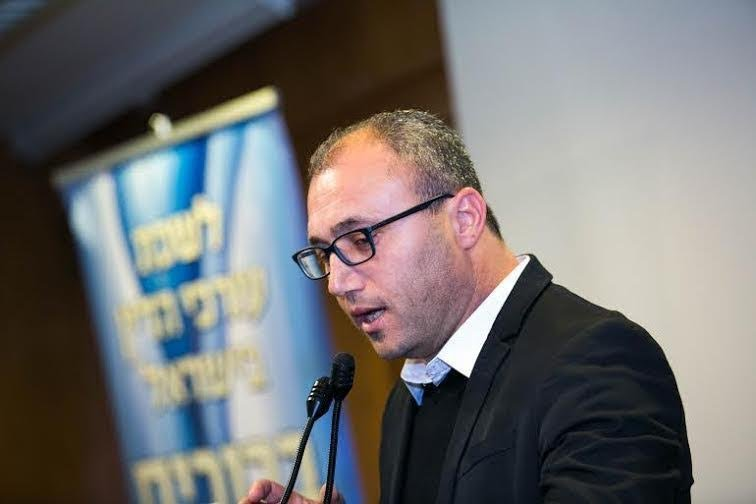 الحاخام الياهو مستمر بالتحريض على العرب ومطالبة تقديمه لجلسة تأديبية