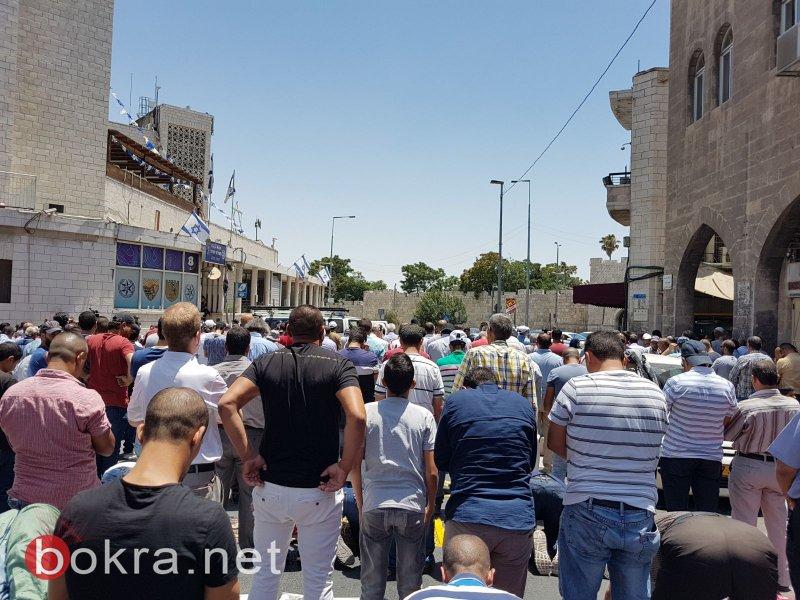 الآلاف يصلون الجمعة في شوارع القدس .. وعبّاس يهاتف نتنياهو مستنكرًا العملية وطالبًا فتح الأقصى