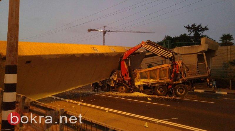 حادثة انهيار الجسر: العثور على جثة السائق مسحوقة داخل الشاحنة بعد رفع الجسر