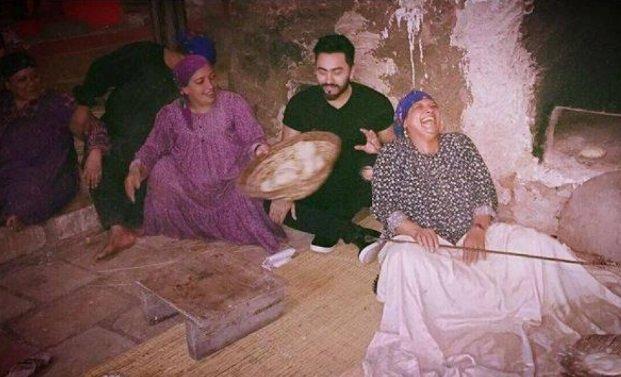 تامر حسني يقلد سيدة تخبز العجين.. فكانت النتيجة مضحكة!