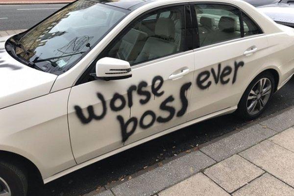 بريطاني يكتب استقالته الغاضبة على سيارة مديره