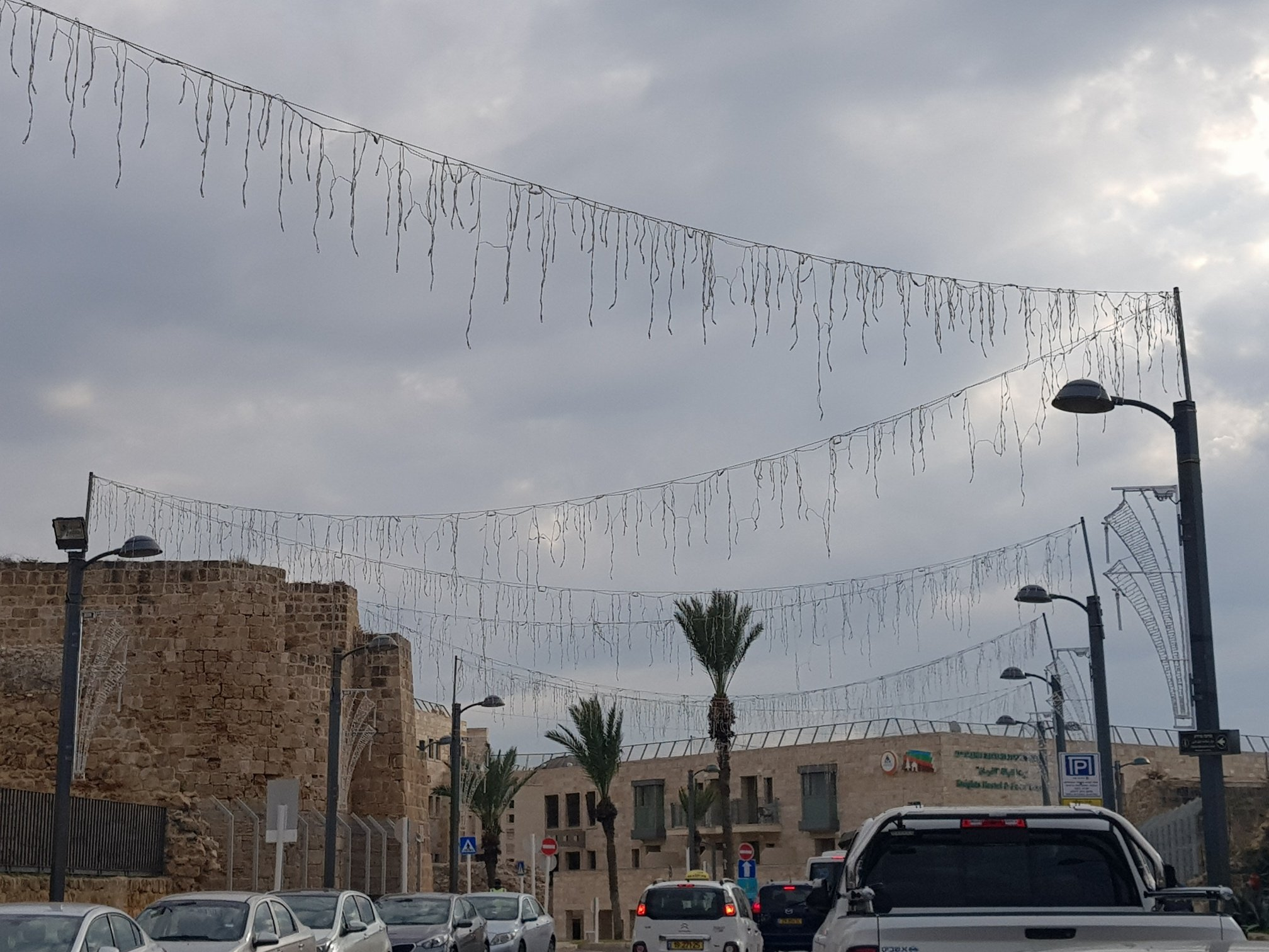 بلدية عكا تقوم بتزيين شارع صلاح الدين بالإضاءة الليلية الجذابة