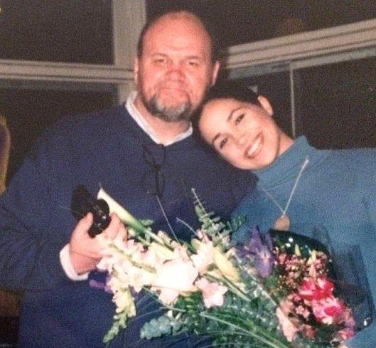 والد ميغان ماركل يستغل زواجها لجمع المال