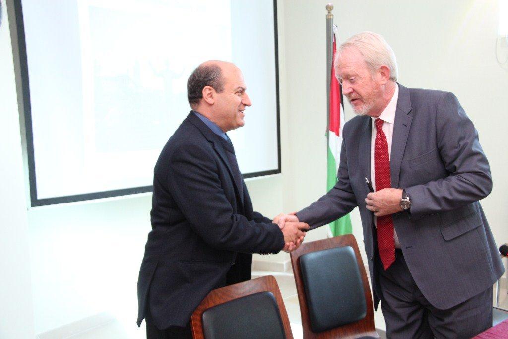 سعادة سفير جنوب أفريقيا جون ديفيس يزور الجامعة الأميركية في مادبا