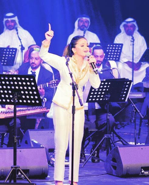 حلا الترك تغني لاول مره في بلادها البحرين بإطلالة تفوق عمرها ومكياج قوي