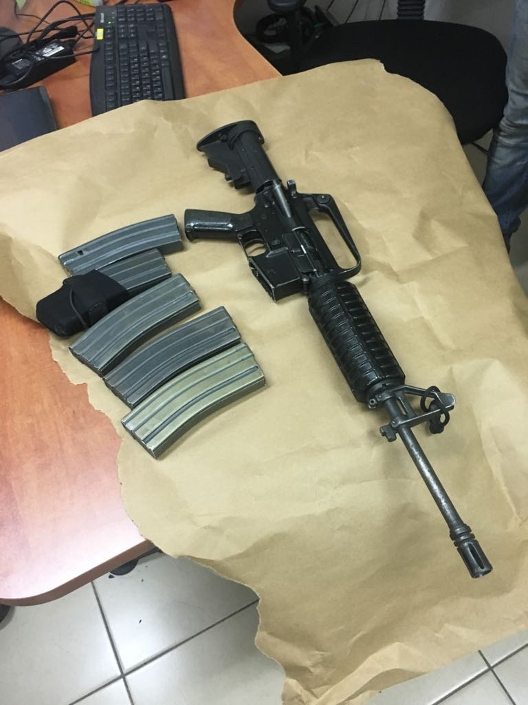 ضبط أسلحة وذخيرة في حي البدو في الطيبة