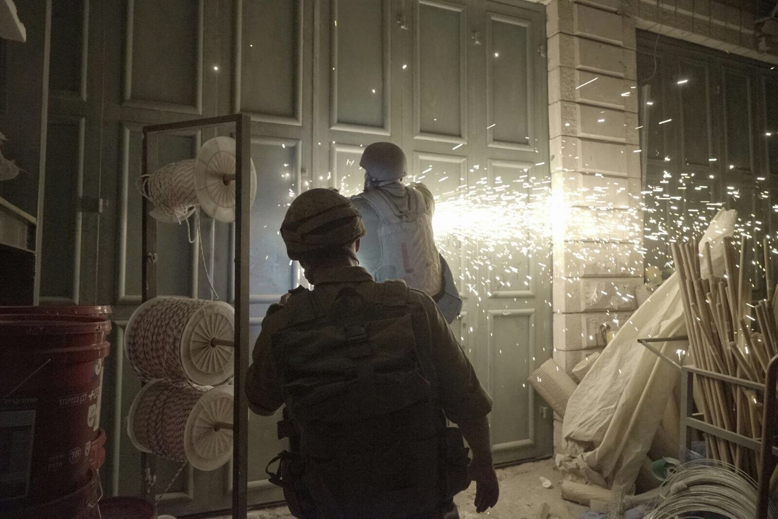 إسرائيل تهدم منزل منفذ عملية حلميش في قرية كوبر قرب رام الله