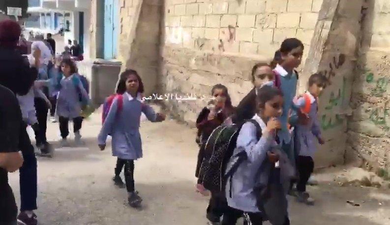 هلع في مدرسة مخيم قلنديا بعد اقتحام الجيش الاسرائيلي المنطقة