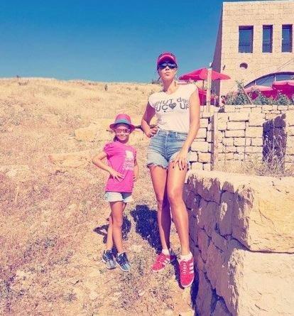 كارلا حداد تنشر صورها مع ابنتها بشورت قصير ومثير!
