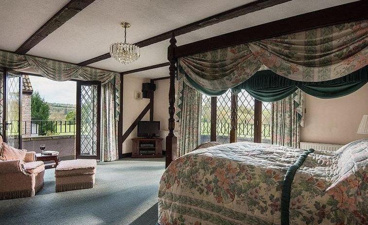 عرض الأحلام: قصر فاخر ورولز رويس للبيع بـ 14 دولاراً!