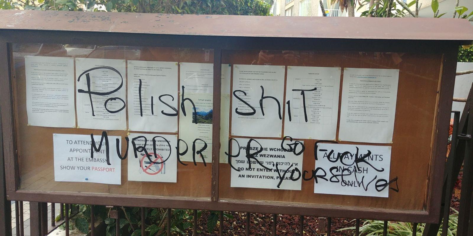 شعارات نازية وكلمات نابية على مدخل السفارة البولندية