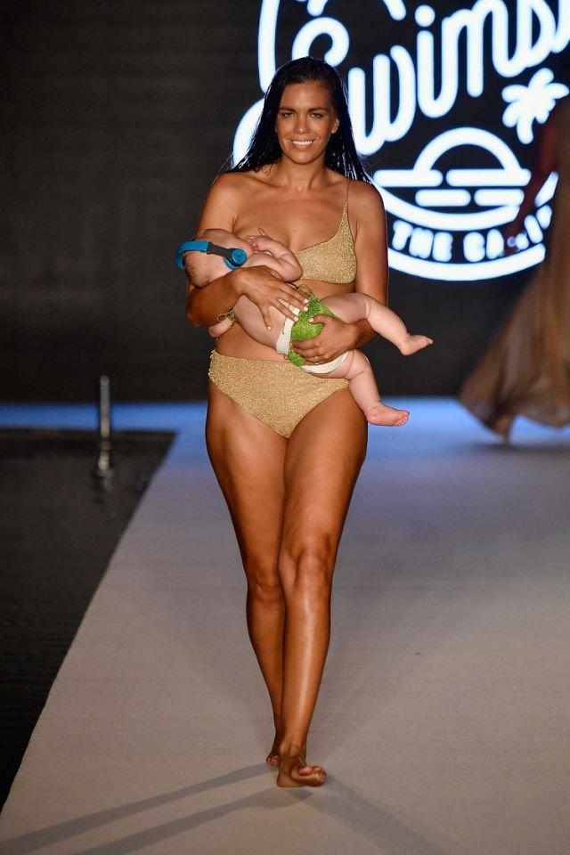 عارضة أزياء تظهر وهي ترضع ابنتها