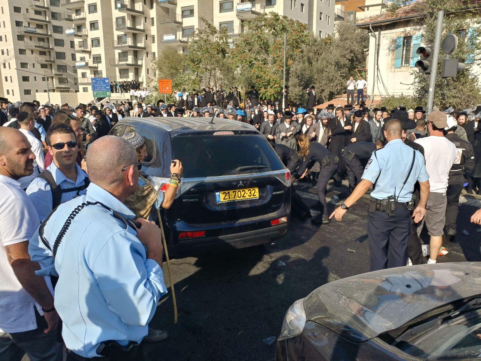 اليهود المتدينون (الحريديم) في صدمة من تعامل الشرطة معهم!