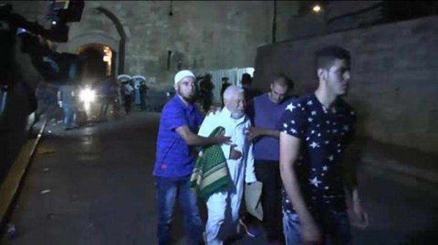 إصابة خطيب المسجد الأقصى الشيخ عكرمة صبري وآخرين بالرصاص المطاطي والغاز!