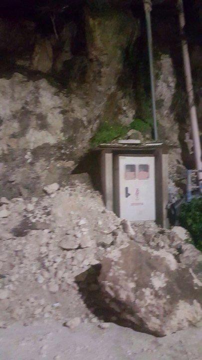انهيار صخري في بلدة مشيرفة كاد أن يحدث كارثة!