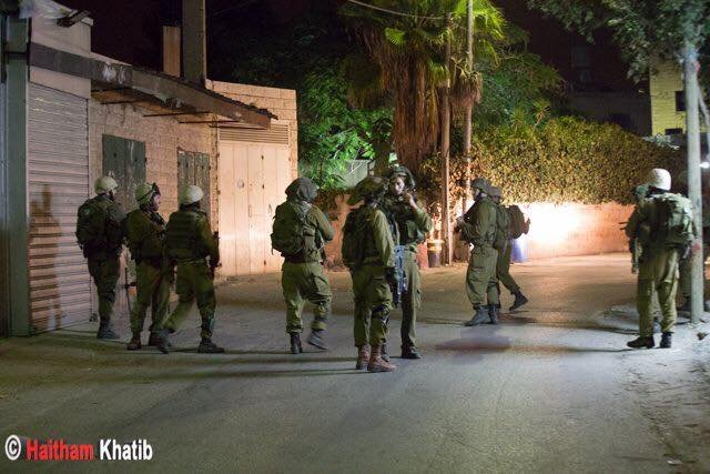 الاحتلال يعتقل 21 مواطنا من الضفة وينهب محل مجوهرات في رام الله ويهدد سكان بعلين