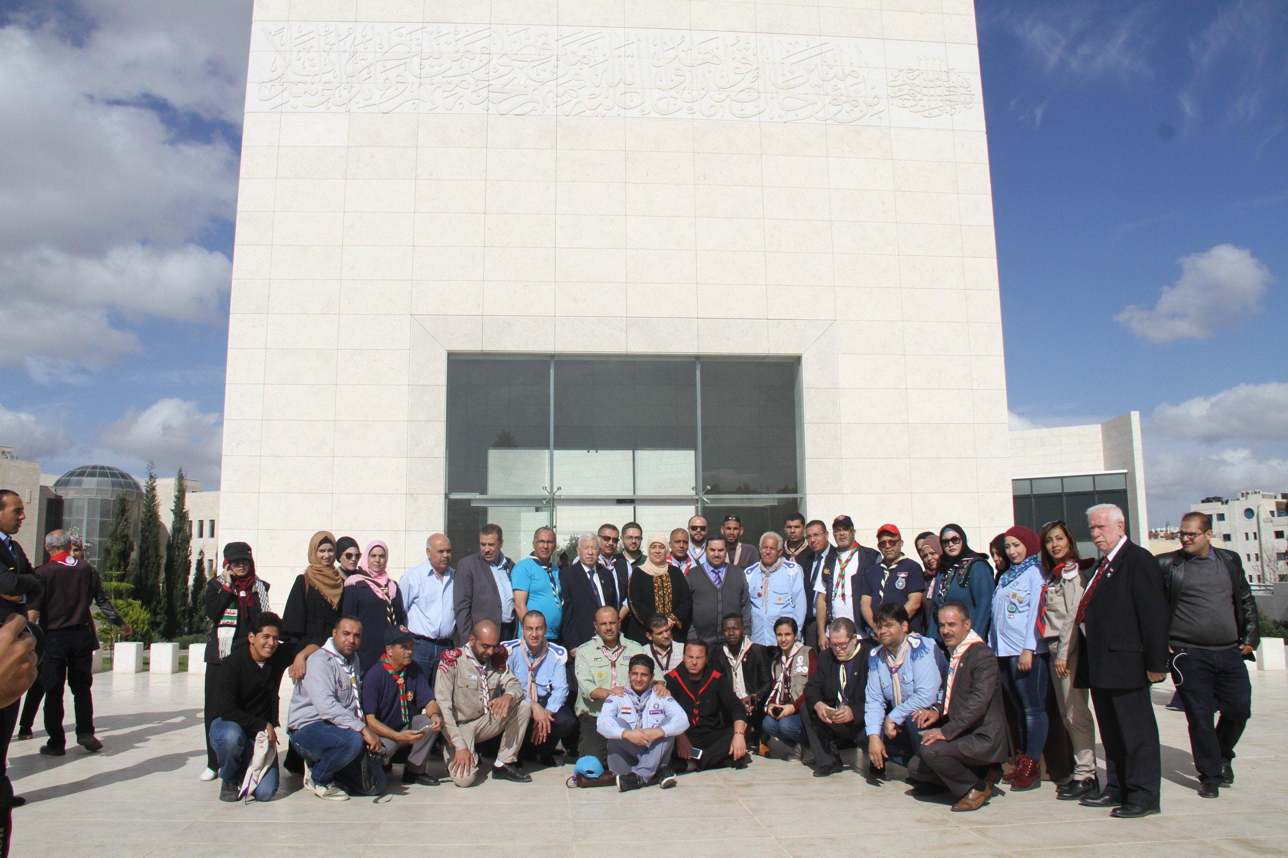 د.غنام ووفد الكشافة العربية والفلسطينية يضعون اكليلا من الزهور على ضريح ياسر عرفات