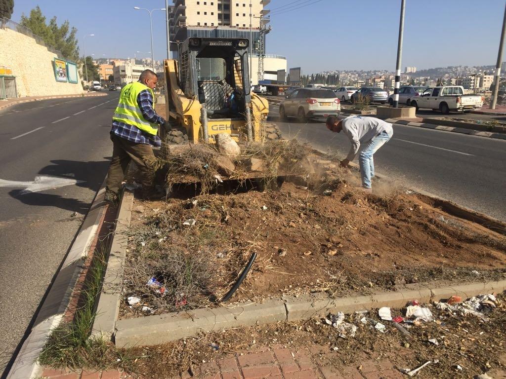 قسم الصيانة يقوم بأعمال بستنه وتنظيف في الشوارع والمرافق
