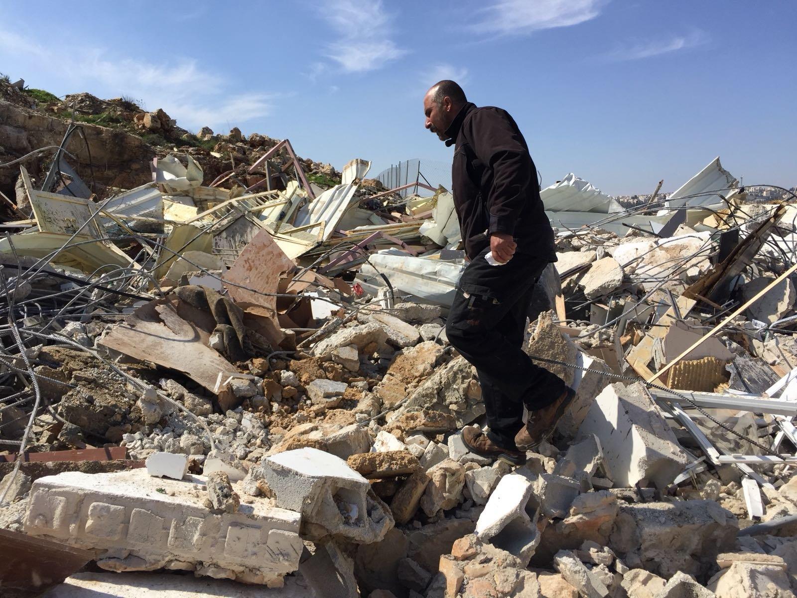 جرافات اسرائيلية تهدم منشأة تجارية ومنزل مأهول