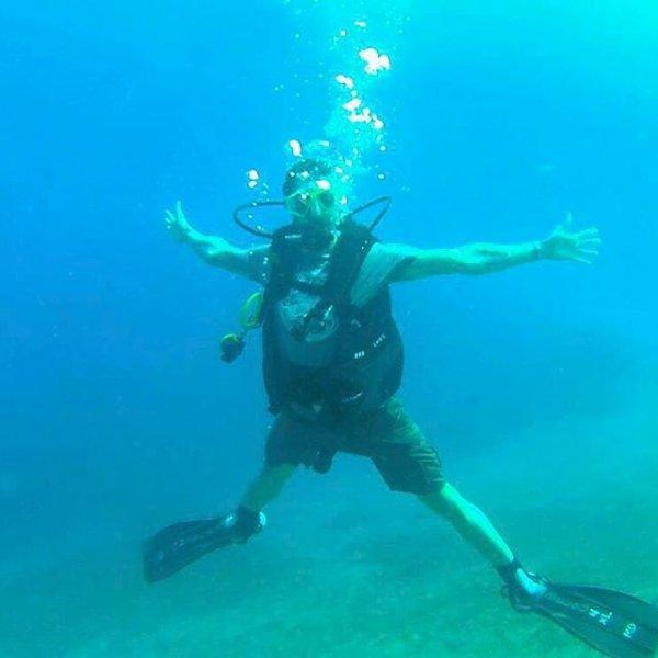 أحمد الفيشاوي يثير الجدل بصورة مع صديقته تحت الماء