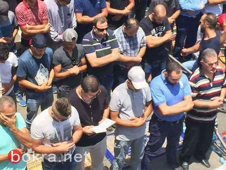 المُسلم بجانب المسيحي صلّوا أمام أبواب الأقصى .. وإصابات بين المصلين بعد الصلاة