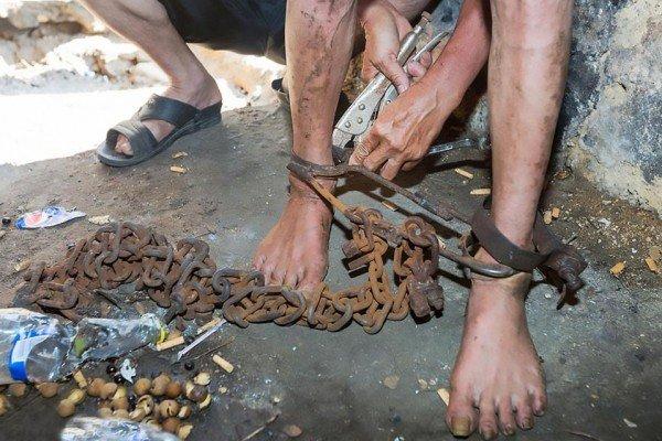 حبس أخته وعذبها بشكل وحشي لمدة عامين بمساعدة زوجته