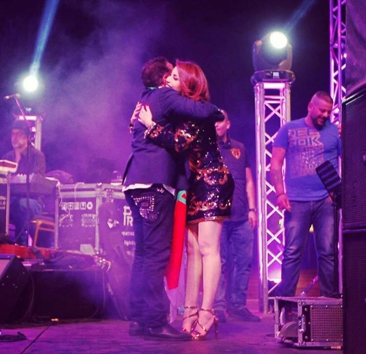 حضن وقبلة الشاب خالد لنسرين طافش على المسرح يشعل المواقع