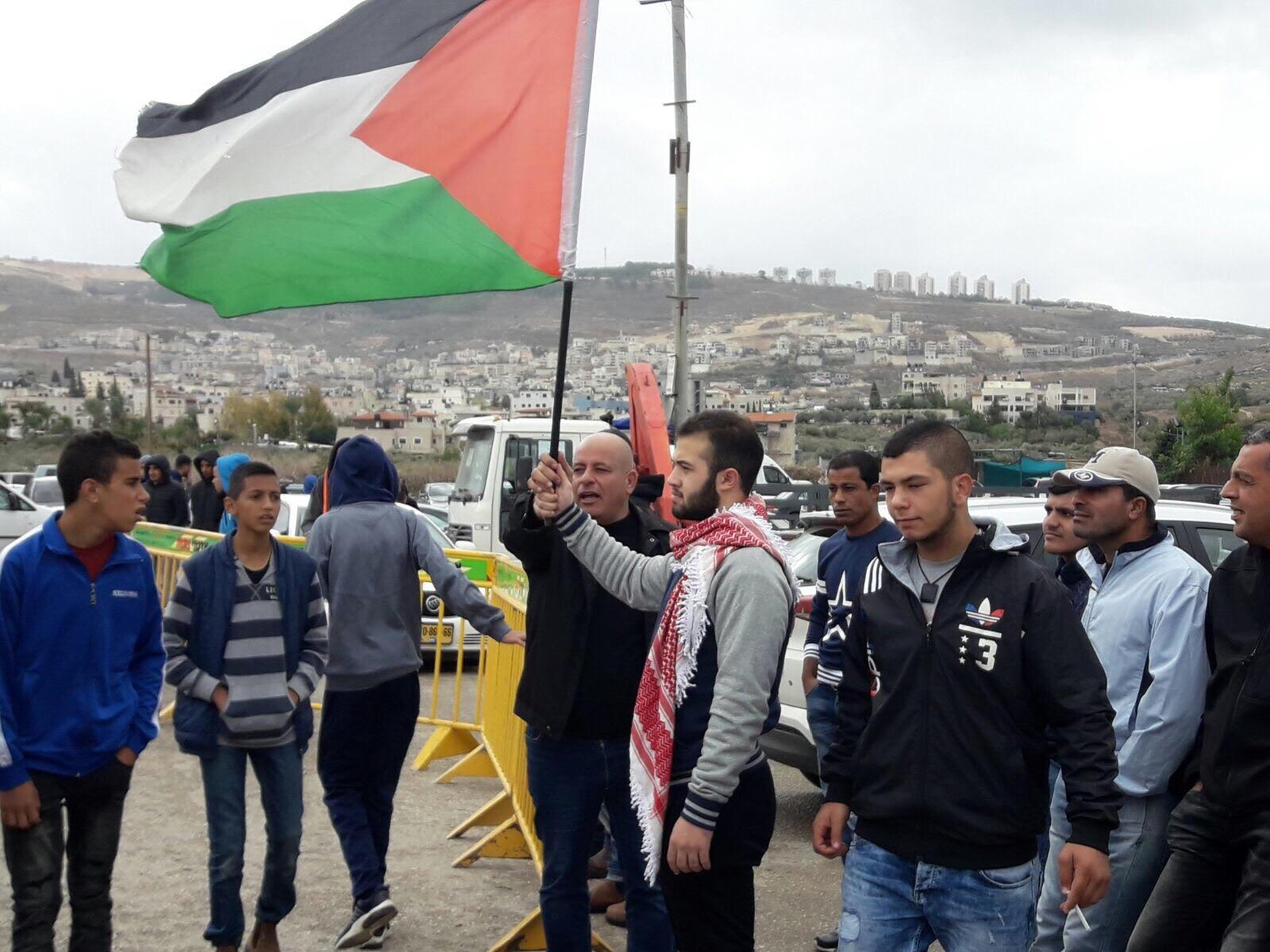 عدد من أهالي كفر كنا يتظاهرون ضد اقامة مركز الشرطة