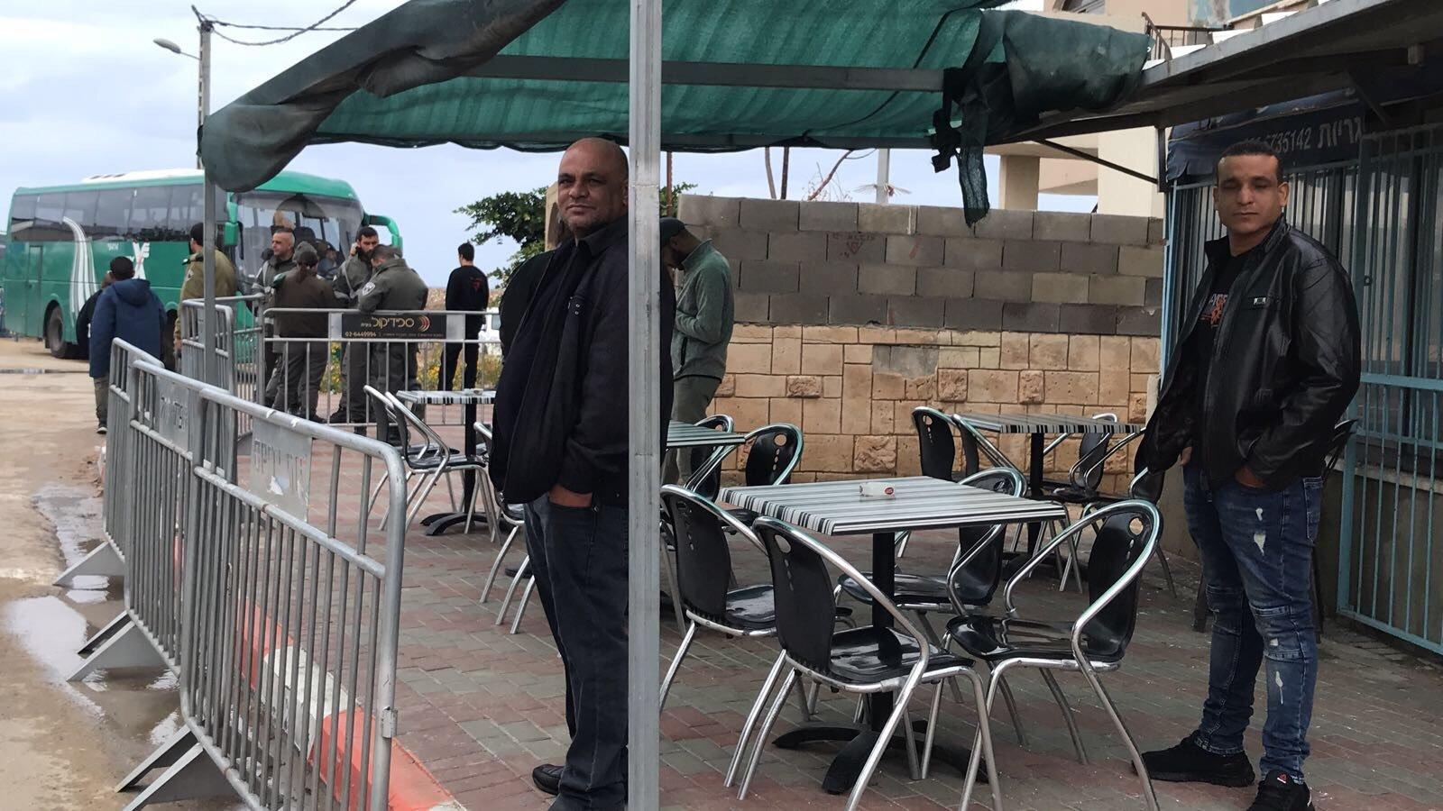 خلال حضور نتنياهو..أهالي جسر الزرقاء يتظاهرون ضد افتتاح مركز الشرطة