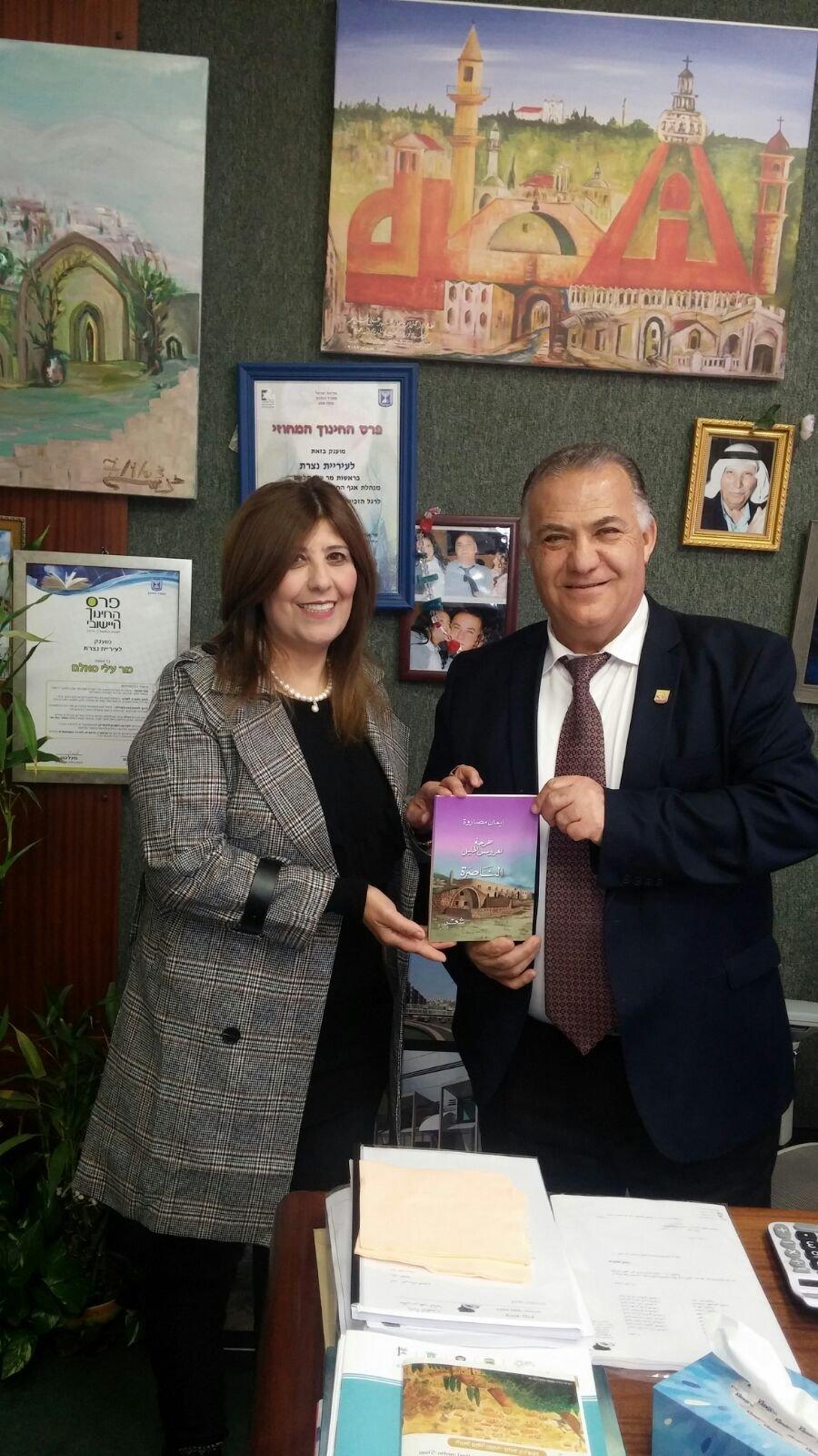 الشاعرة ايمان مصاروة تقدم  طرحة لعروس الجليل   لرئيس بلدية الناصرة