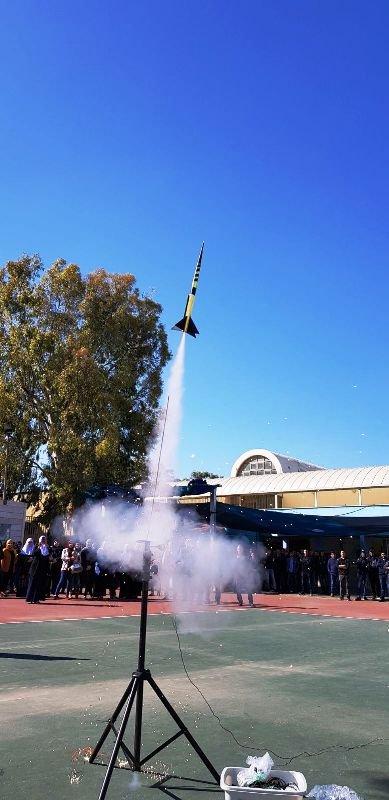 إطلاق صاروخ من ساحة المدرسة الثانوية الشاملة في كفر قاسم ضمن الفعاليات الفيزيائية والفضاء ...