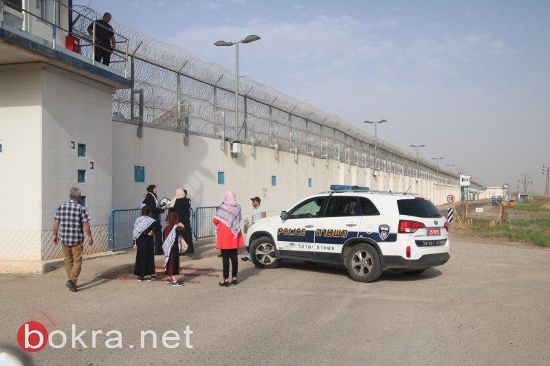 فيديو.. الشرطة تقمع امهات الأسرى خلال محاولة زيارتهم داخل السجن