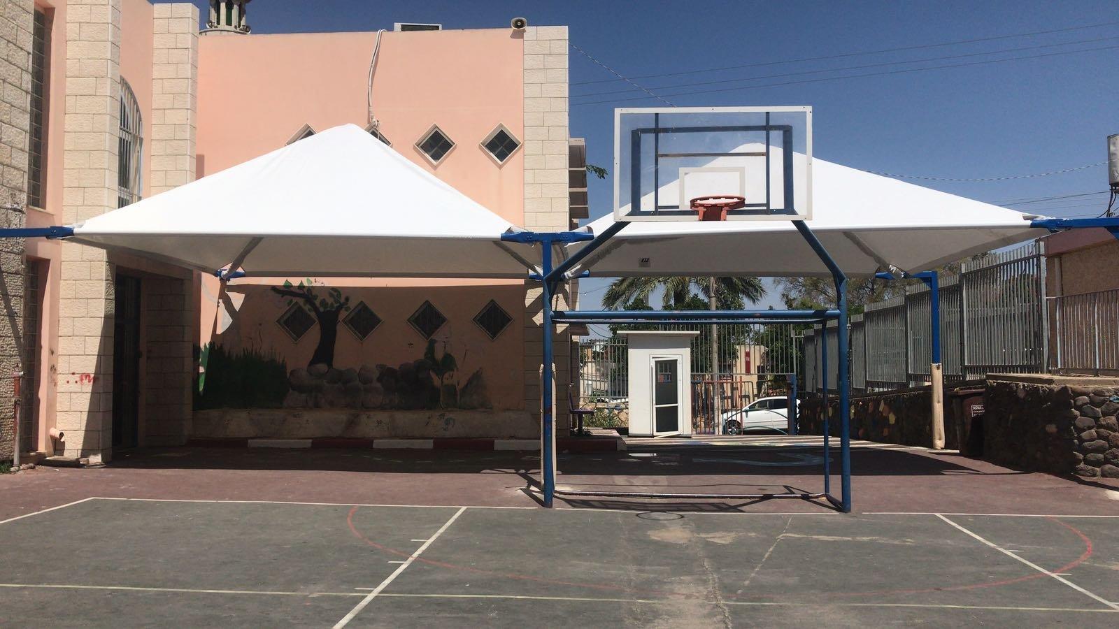بستان المرج: تركيب مظلات في ساحات المدارس قبيل بدء المخيمات والبرامج الصيفية