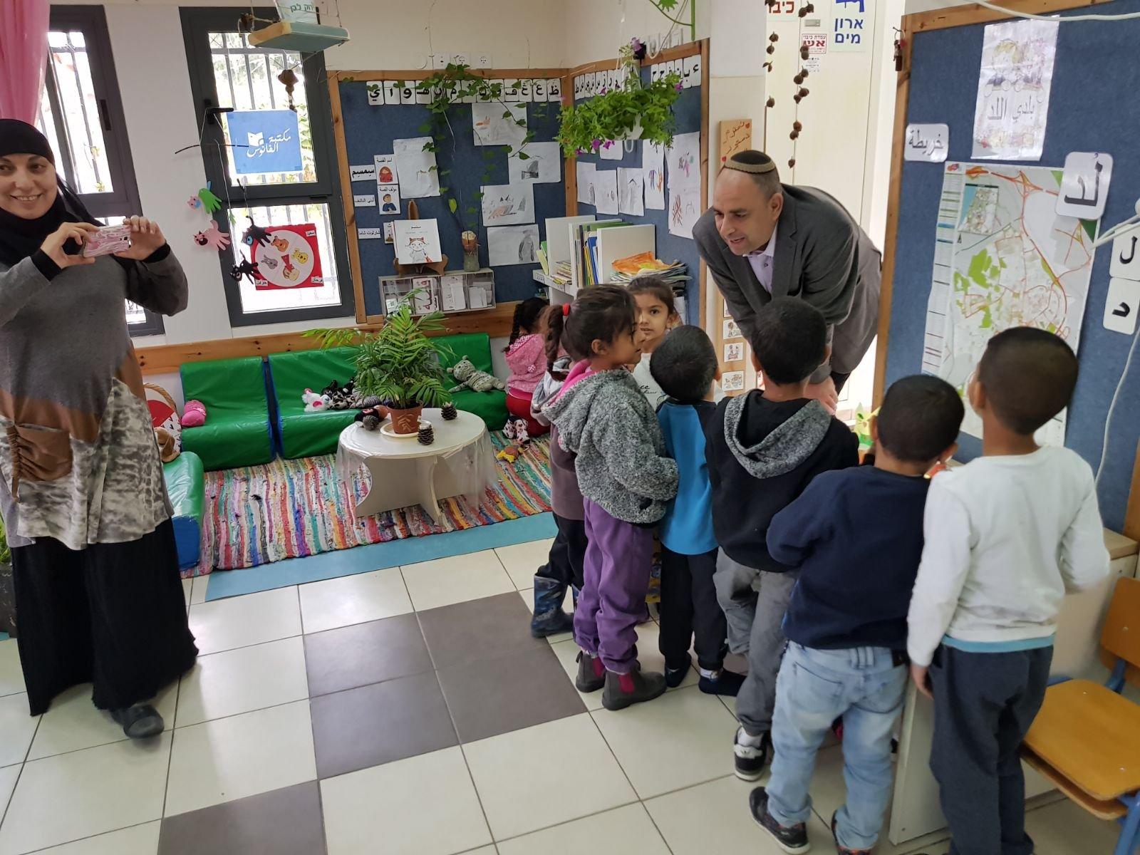 رئيس بلدية اللد يائير رفيفو يسرد للأطفال العرب قصة عن أهمية الحفاظ على البيئة