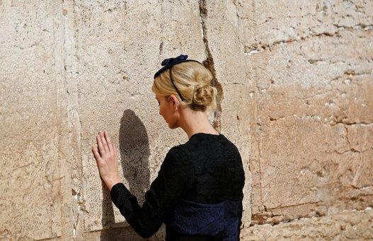 """طاقية """"إيفانكا"""" اليهودية التي ارتدتها في إسرائيل تثير الجدل"""