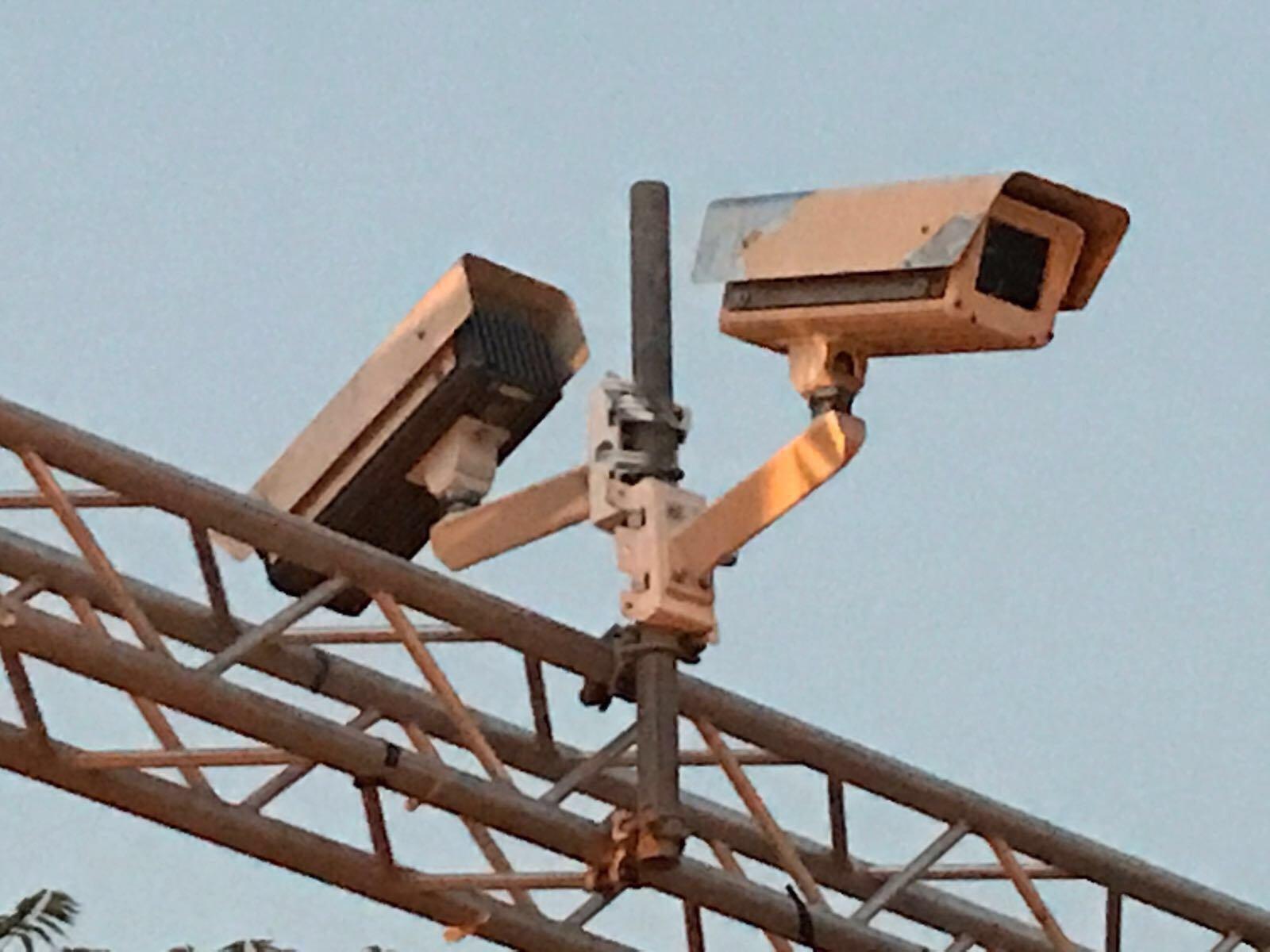 إسرائيل تركّب كاميرات وأعمدة عند مداخل الأقصى كبديل للبوابات الالكترونية .. المصلون يرفضون