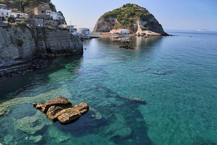 تعرفوا على جزيرة ايشيا الايطالية روعة في الجمال 1039532901
