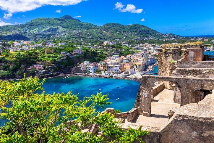 تعرفوا على جزيرة ايشيا الايطالية روعة في الجمال 1928920860