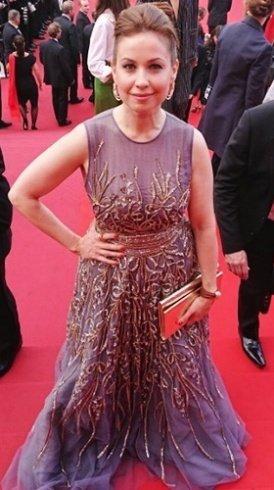 إعلامية لبنانية تلفت الأنظار بجمالها في مهرجان