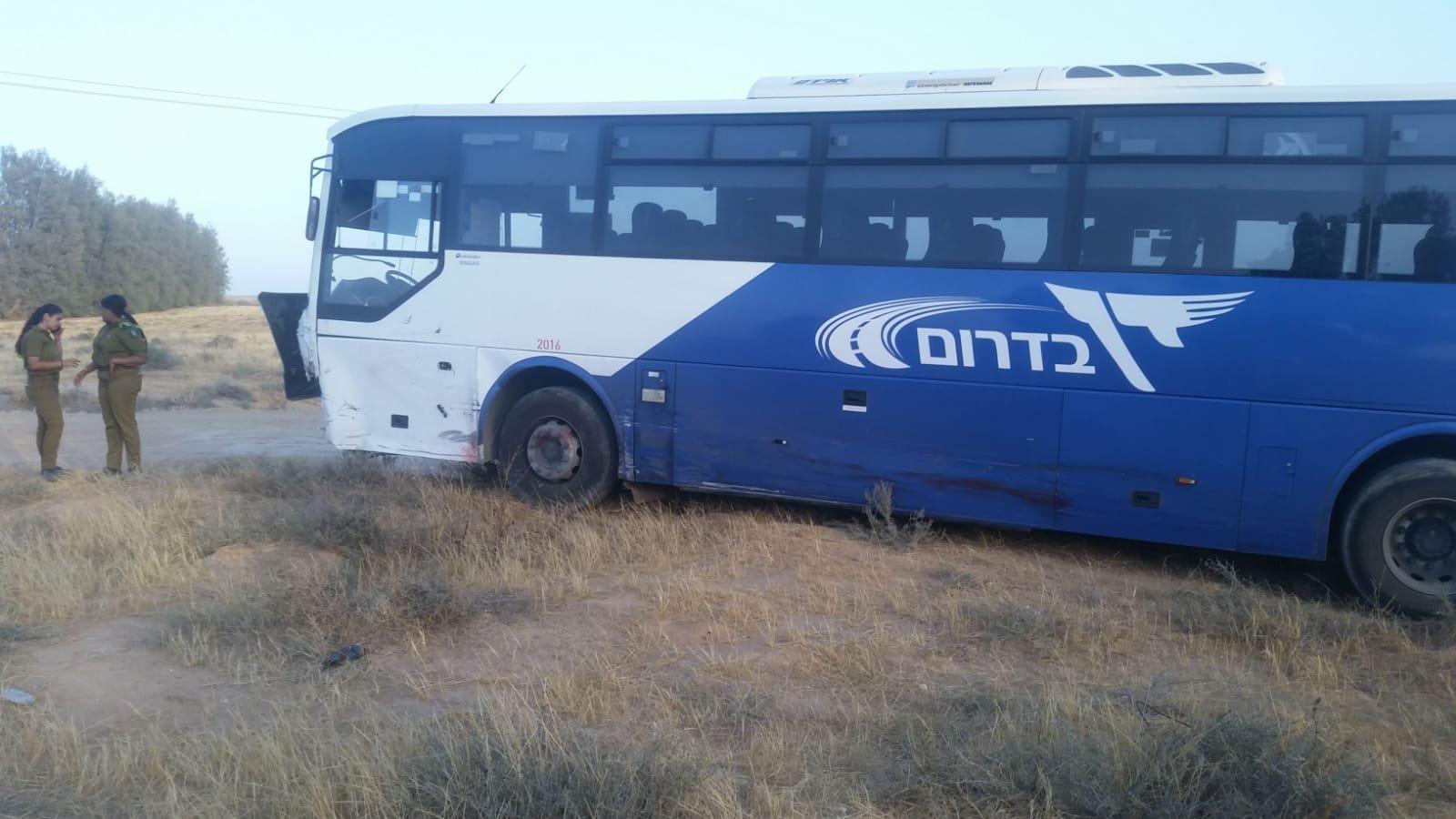 النقب: قتيلان بحادث طرق مروّع بين حافلة ومركبة