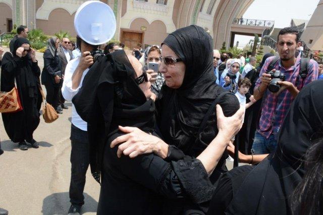 النجمات يجهشن بالبكاء في جنازة عمرو سمير
