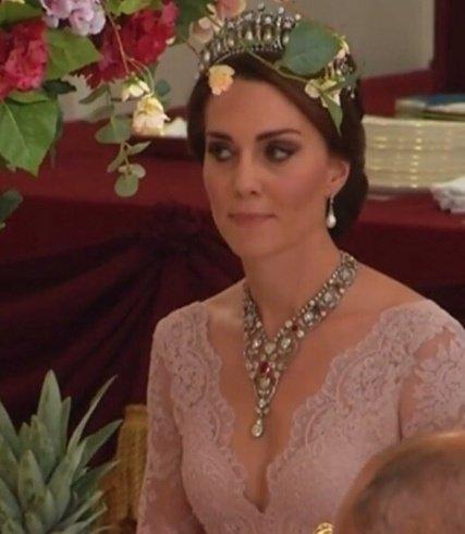 ما قصة عقد الدوقة كيت ميدلتون الذي لبسته في عشاء تكريمي؟