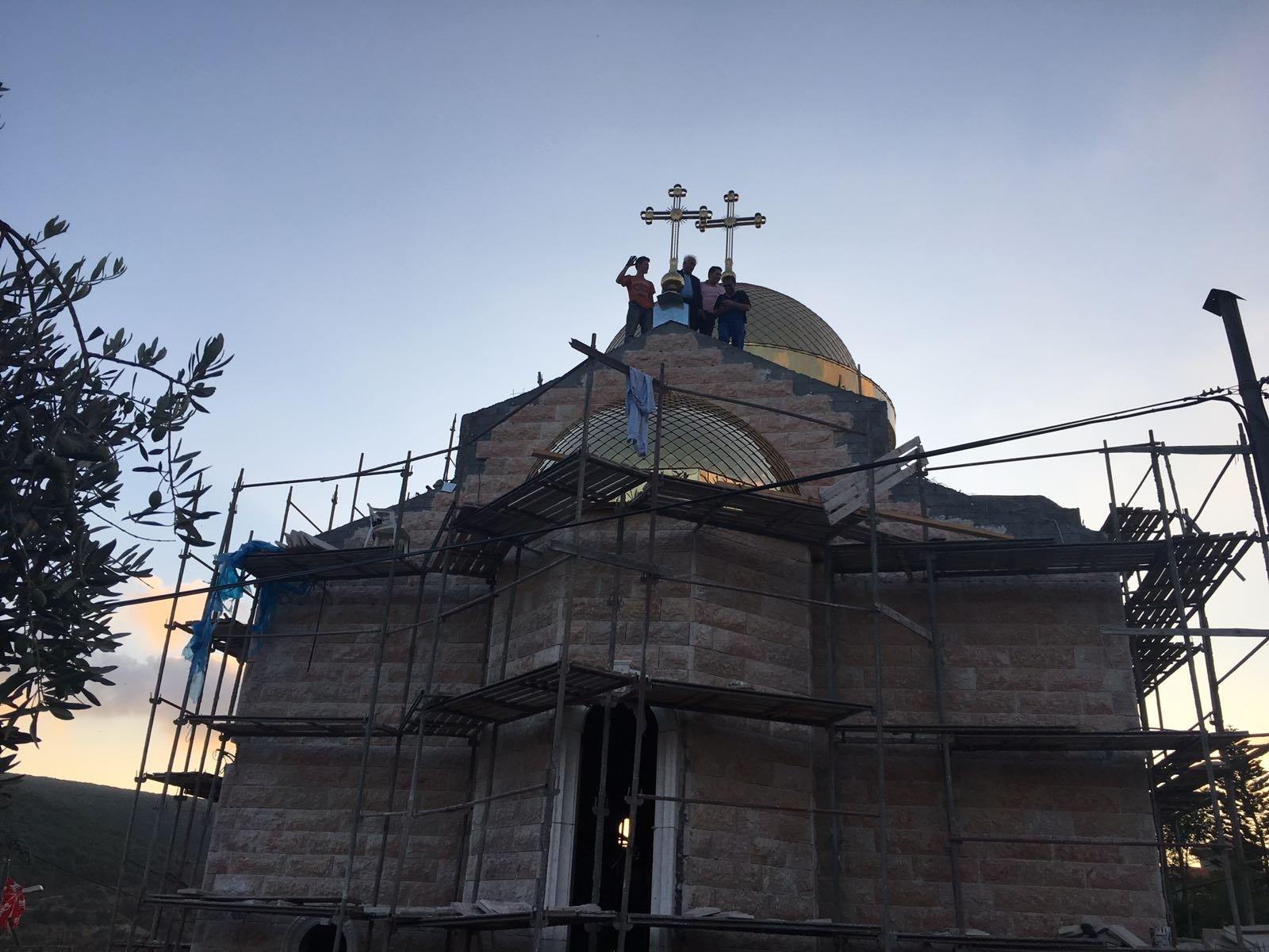 وضع القبة الثالثة على هيكل الكنيسة الجديدة في كفرسميع