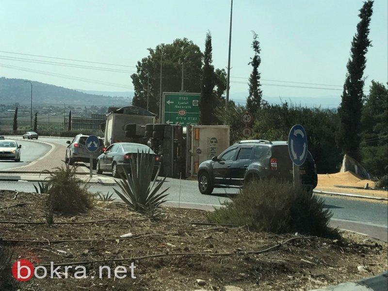 انقلاب عربة شاحنة على مفترق اكسال وأزمة سير في المكان