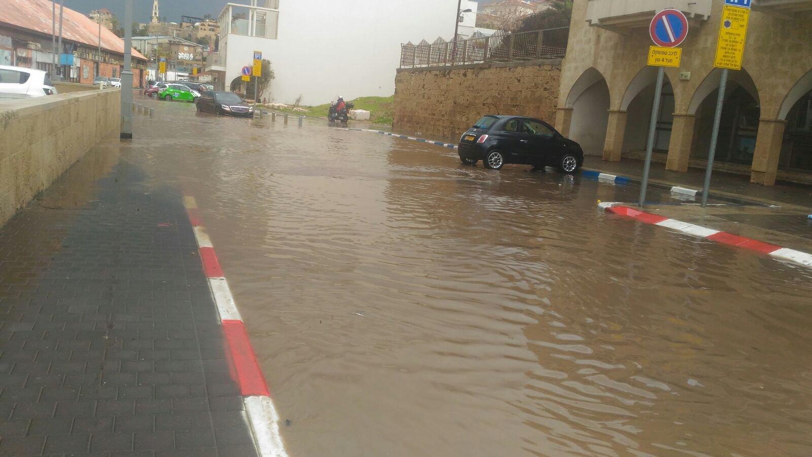 مياه الامطار تغرق شوارع يافا وتسبب ضرر